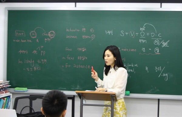 목동 사과나무학원 강서관의 중등부 영어 김진선 강사가 강의를 하고 있다.