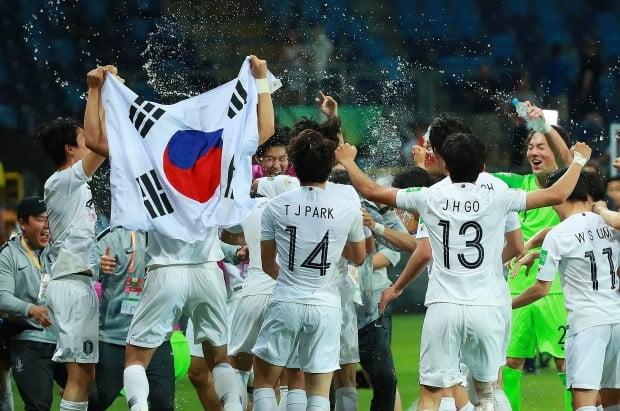 11일 오후(현지시간) 폴란드 루블린 경기장에서 열린 2019 국제축구연맹(FIFA) 20세 이하(U-20) 월드컵 4강전 한국과 에콰도르의 경기가 1대0 한국의 승리로 끝나며 결승 진출이 확정된 뒤 U-20 대표팀 선수와 코칭스태프가 서로를 향해 물세례를 하며 기쁨을 만끽하고 있다. 사진=연합뉴스
