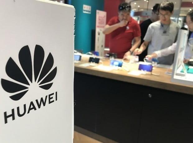 [이슈+] 美 제재에 노트북 접은 화웨이…스마트폰도 피할수 없다