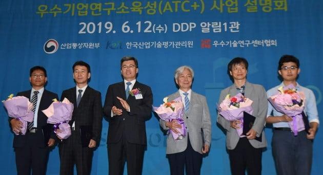 정양호 KEIT원장 (왼쪽에서 세 번째)이 채용우수기업상 수상기업 관계자들과 기념 촬영을 하고 있다./사진=KEIT
