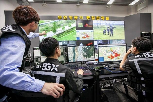 SKT와 신라대 연구원이 불법 드론 대응 상황실에서 불법 드론 이륙을 파악하고 상황을 유관기관에 전파하고 있다./사진=SKT
