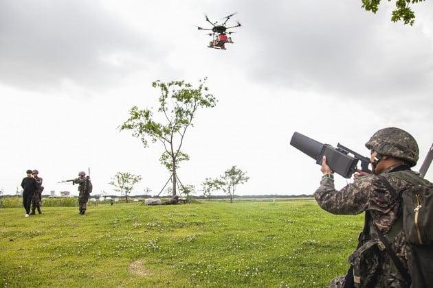 육군53사단 5분 대기조가 삼락생태공원에 등장한 불법 드론을 재밍건으로 제압해 강제 착륙 시키고 있다./사진=SKT