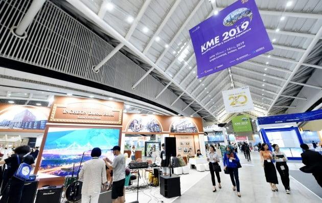 전국 지방자치단체와 전시·컨벤션 운영사들이 참가하는 마이스산업 전시회 '2019 코리아 마이스 엑스포(KME)'가 13일 인천 송도컨벤시아에서 개막했다. 인천시 제공
