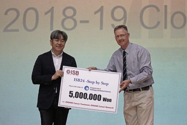 부산국제외국인학교,동남권원자력의학원에 암환자를 위한 기부금 전달