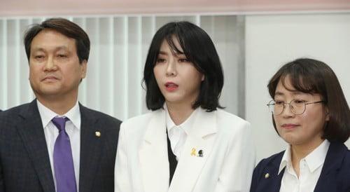 안민석 의원과 배우 윤지오/사진=연합뉴스
