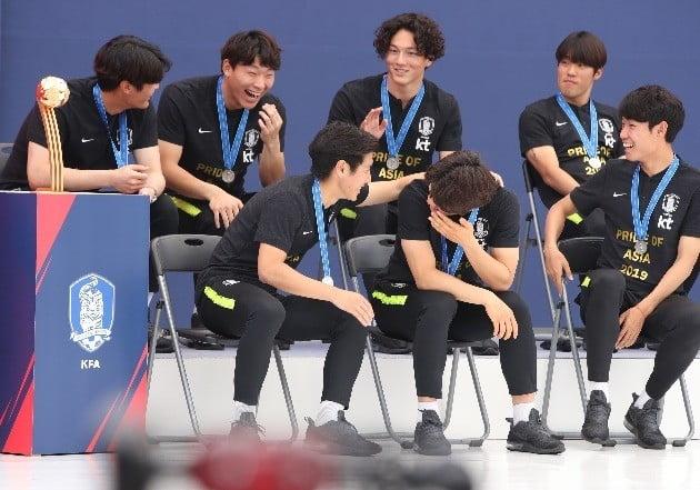 17일 서울광장서 열린 2019 국제축구연맹(FIFA) U20 월드컵 준우승 달성 축구대표팀 환영식에서 이강인(앞줄 왼쪽)을 비롯한 선수들이 대화를 나누며 활짝 웃고 있다. / 연합
