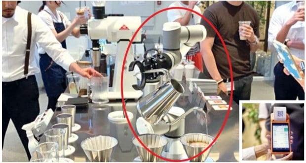 덴마크 유니버설로봇의 협동로봇 '바리스'가 17일 서울 강남 레귤러식스 내 카페 '라운지엑스'에서 핸드드립 커피를 만들고 있다(큰 사진). 작은 사진은 가상화폐로 메뉴를 결제하는 모습. /유니버설로봇·레귤러식스 제공