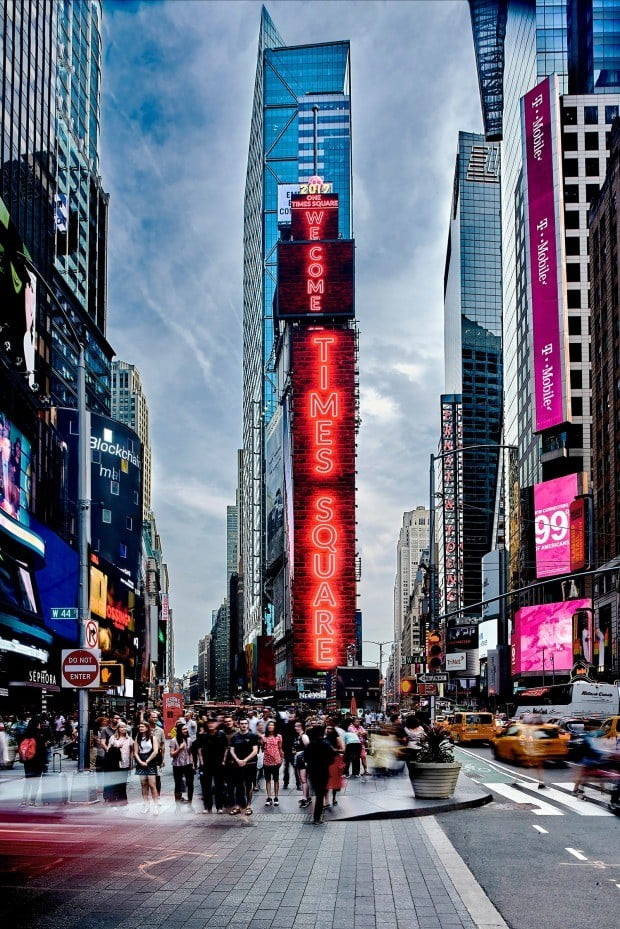 'WELCOME TO TIMES SQUARE' 라는 문구를 표시하고 있는 전광판이 이번에 교체 공급된 삼성 LED 사이니지 제품. 총 4개의 스크린으로 구성되며 면적은 약 1081㎡에 달한다. <삼성전자 제공>
