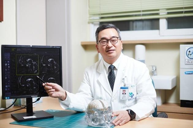 박봉진 경희대병원 교수, 미세혈관감압술 4000건 돌파
