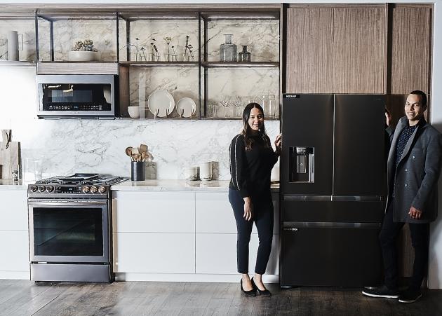 지난 2월 미국 라스베이거스에서 열린 북미 최대 주방·욕실 전시회 'KBIS 2019'에서 삼성전자 모델이 '투스칸 스테인리스'가 적용된 냉장고 신제품을 소개하고 있다. 삼성전자 제공.