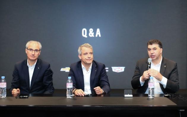 왼쪽부터 로베르토 렘펠 지엠테크니컬센터코리아 주식회사(GMTCK) 사장, 줄리안 블리셋 GM 수석 부사장 겸 GM 해외사업부문 사장, 카허 카젬 한국GM 사장이 국내 사업 전략에 대해 설명하고 있다.