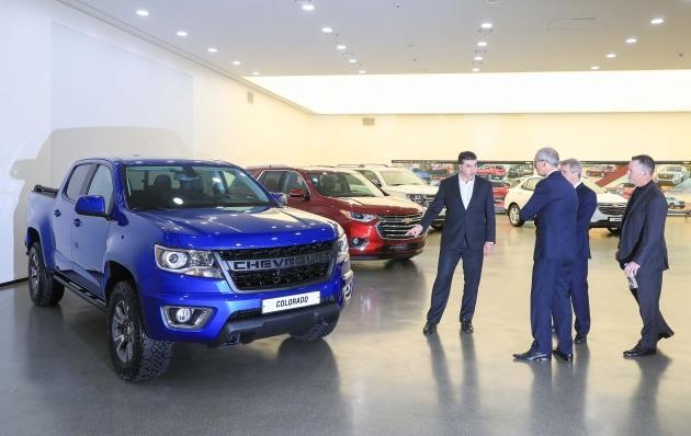왼쪽부터 카허 카젬 한국GM 사장, 로베르토 렘펠 지엠테크니컬센터코리아 주식회사(GMTCK) 사장, 줄리안 블리셋 GM 수석 부사장 겸 GM 해외사업부문 사장이 하반기 국내 출시할 픽업트럭 콜로라도를 보고 있다.