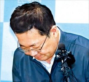 박남춘 인천시장이 17일 인천 남동구 인천시청에서 열린 기자회견에서 붉은 수돗물 사태 대응이 미흡했던 점을 피해 주민들에게 사과하고 있다. /연합뉴스
