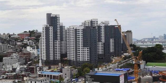 서울 동작구 흑석동 '아크로리버하임'. 흑석뉴타운7구역 재개발해 지난해 말 입주한 이 아파트의 전용면적 59㎡는 지난달 11억6000만원에 거래됐다. 공급면적(80㎡) 기준 3.3㎡당 4833만원 수준이다. 한경DB