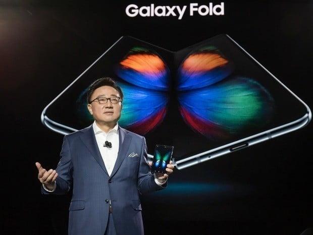 고동진 삼성전자 대표(IM부문장)가 지난 2월 미국 샌프란시스코 빌그레이엄시빅오디토리움에서 열린 '갤럭시 언팩 2019'에서 갤럭시폴드를 소개하고 있다. 삼성전자 제공.