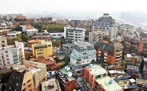 송송커플을 비롯해 기업인, 정치가, 유명인들이 살고 있는 한남동. 고급 단독주택과 빌라들이 밀집했다. (자료 한경DB)