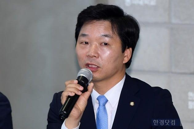 [포토] 게임 산업 질문에 답하는 김병관 의원