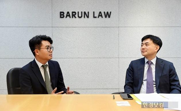 대담하는 정 변호사(오른쪽)와 심준식 딜로이트 안진 이사. / 사진=최혁 기자