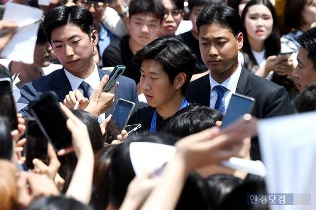 [포토] 팬들에게 사인하는 이강인