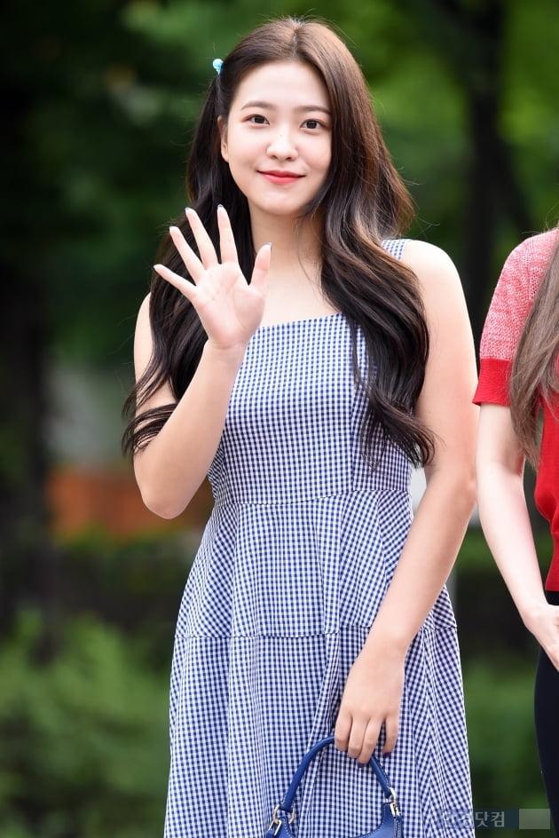 [포토] 레드벨벳 예리, '귀여움 가득한 손인사~'