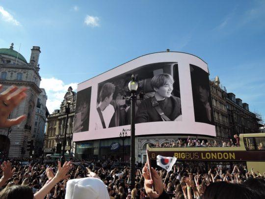 런던 피카딜리 광장의 대형 전광판에 그룹 방탄소년단의 영상이 나오고 있다.(사진 위) 현대자동차가 마련한  BTS 응원 캠페인이다. 전 세계에서 모인 아미(ARMY)들이 전광판의 방탄소년단의 영상을 보고 있다.(아래) / 런던=김하진 기자