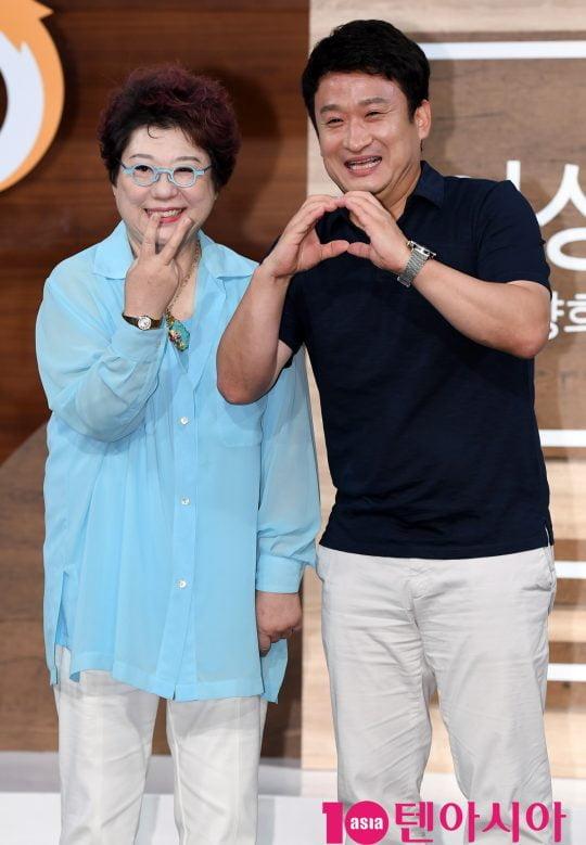 양희은과 서경석이 4일 오후 서울 상암동 MBC 골든마우스홀에서 진행된 MBC 라디오 [여성시대 양희은, 서경석입니다] 기자간담회에 참석하고 있다.