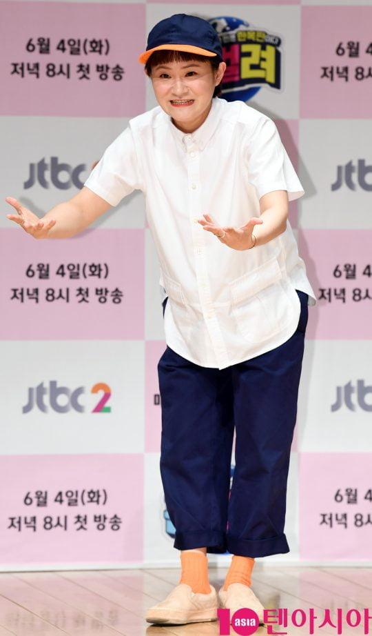 개그우먼 김신영이 4일 오후 서울 상암동 JTBC 사옥 2층 JTBC홀에서 열린 JTBC2 신규 예능프로그램 '판벌려' 제작발표회에 참석하고 있다.