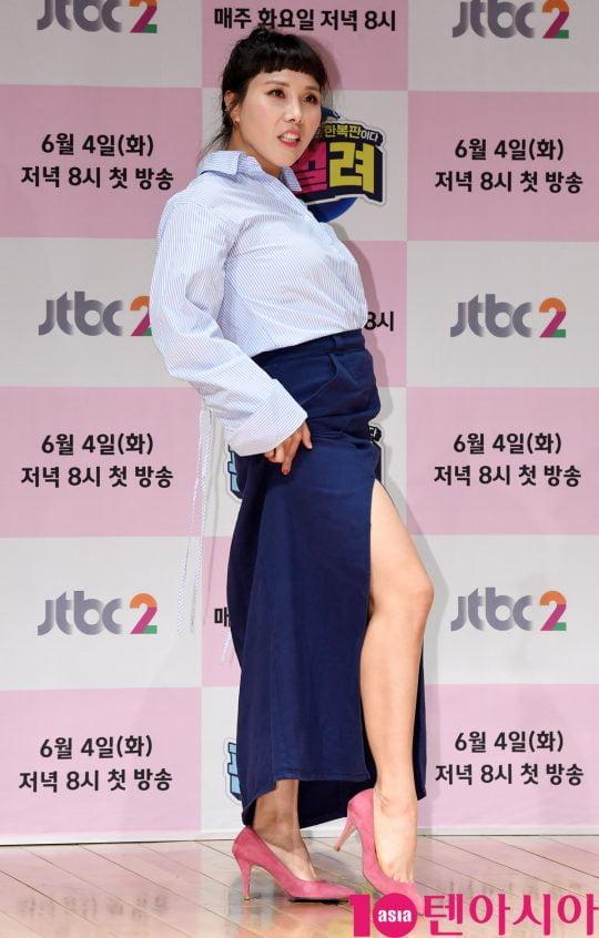 개그우먼 신봉선이 4일 오후 서울 상암동 JTBC 사옥 2층 JTBC홀에서 열린 JTBC2 신규 예능프로그램 '판벌려' 제작발표회에 참석하고 있다.