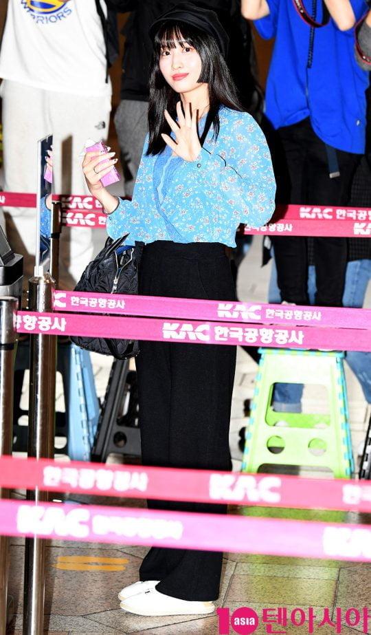 걸그룹 트와이스 멤버 모모가 4일 오후 개인일정 참석차 김포국제공항을 통해 일본으로 출국하고 있다.