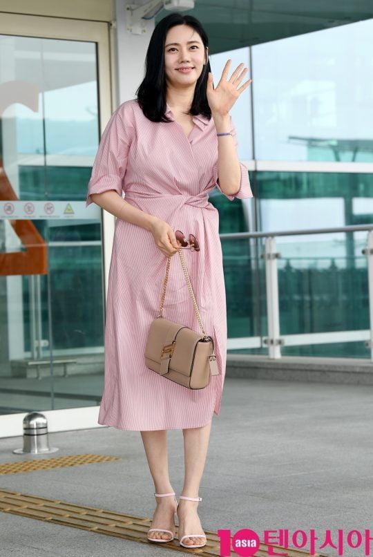 배우 추자현이 5일 오후 화보 촬영 차 인천국제공항을 통해 발리로 출국하고 있다.