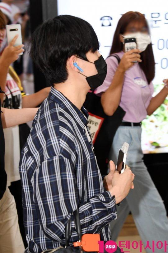 그룹 워너원 출신 가수 김재환이 9일 오후 팬미팅을 마치고 김포국제공항을 통해 일본에서 입국하고 있다.
