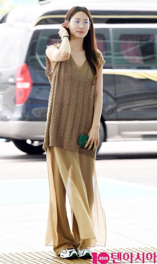 배우 수현이 10일 오후 패션행사 참석 차 인천국제공항을 통해 미국으로 출국하고 있다.