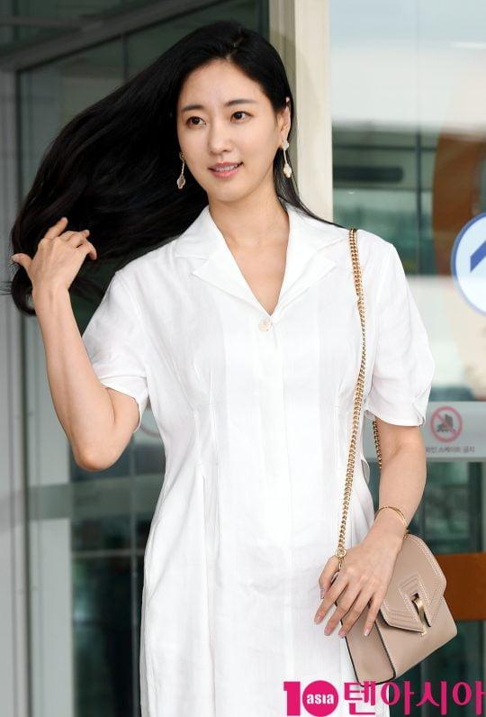 배우 김사랑이 10일 오후 화보 촬영 차 인천국제공항을 통해 일본으로 출국하고 있다.
