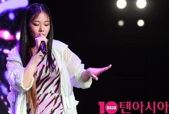 SBS '더팬'을 통해 강렬한 인상을 남긴 신인가수 비비(BIBI)가 12일 오후 서울 서교동 예스24무브홀에서 열린 미니 앨범 '사랑하는 사람들을 위한 지침서' 데뷔 쇼케이스에서 멋진공연을 선보이고 있다.