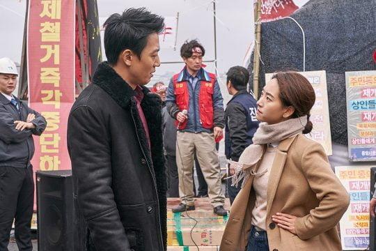 영화 '롱 리브 더 킹: 목포 영웅'에서 조직 보스 장세출이 당돌한 열혈 변호사 강소현에게 반하는 순간. /사진제공=메가박스중앙㈜플러스엠