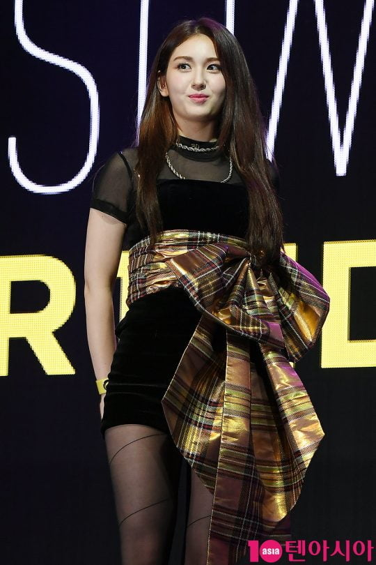 가수 전소미가 13일 오후 서울 서교동 신한카드 핀스퀘어 라이브홀에서 데뷔 싱글 '벌스데이(BIRTHDAY)' 발매 기념 쇼케이스를 개최했다. / 이승현 기자 lsh87@