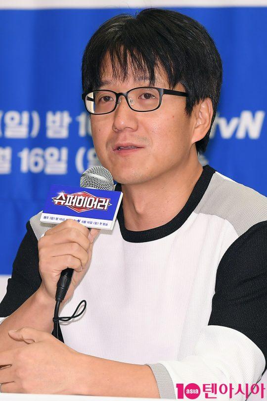 민철기 PD가 14일 오전 서울 상암동 스탠포드호텔에서 열린 tvN 예능 '슈퍼히어러' 제작발표회에 참석해 인사말을 하고 있다.