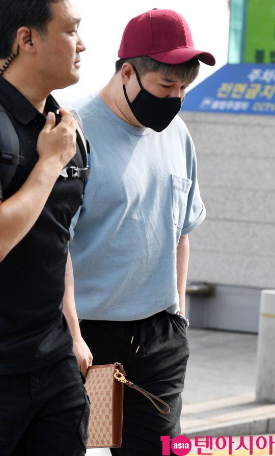 그룹 슈퍼주니어 멤버 신동이 14일 오후 해외일정 참석 차 인천국제공항을 통해 인도네시아로 출국하고 있다.