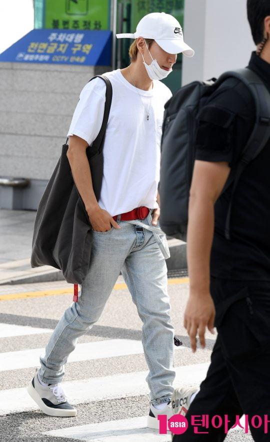 그룹 슈퍼주니어 멤버 이특이 14일 오후 해외일정 참석 차 인천국제공항을 통해 인도네시아로 출국하고 있다.
