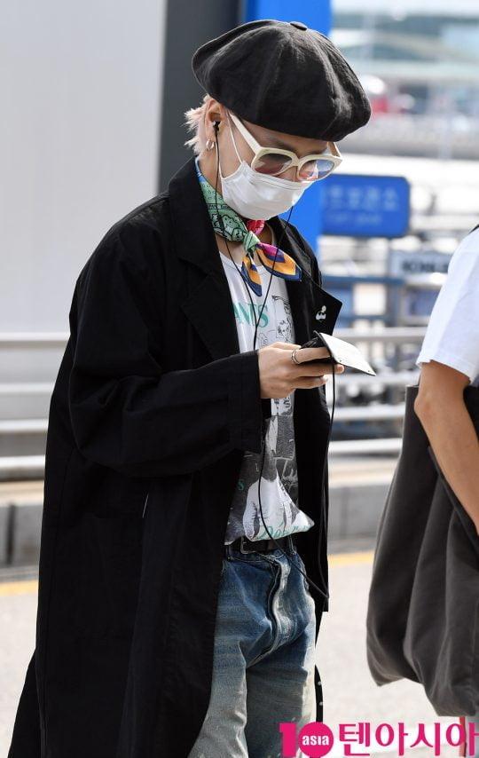 그룹 슈퍼주니어 예성이 14일 오후 해외일정 참석 차 인천국제공항을 통해 인도네시아로 출국하고 있다.