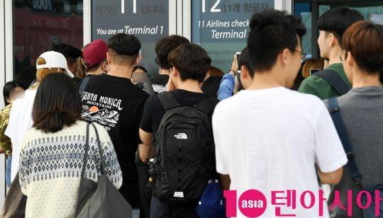 그룹 슈퍼주니어가 14일 오후 해외일정 참석 차 인천국제공항을 통해 인도네시아로 출국하고 있다.