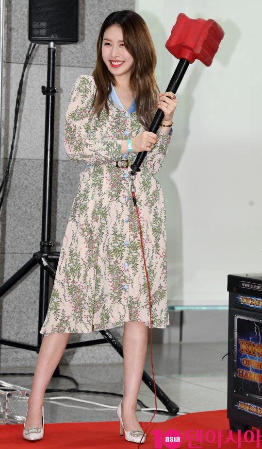 소나무 의진이 17일 오전 서울 마포구 상암동 에스플렉스센터 OGN e스타디움에서 열린 게임돌림픽 2019 : 골든카드 공개 녹화 레드카펫 행사에 참석하고 있다.