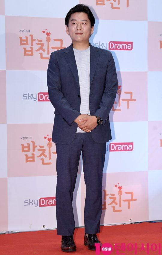 셰프 강레오가 19일 오전 서울 상암동 DDMC빌딩 미디어가든에서 열린 스카이드라마 채널 '밥친구' 제작발표회에 참석하고 있다.