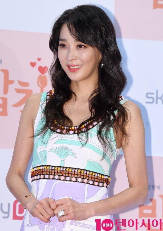 배우 한고은이 19일 오전 서울 상암동 DDMC빌딩 미디어가든에서 열린 스카이드라마 채널 '밥친구' 제작발표회에 참석하고 있다.