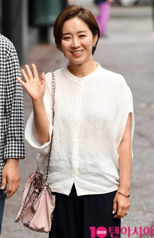 배우 윤유선이 19일 오후 서울 여의도 한 음식점에서 열린 tvN 월화드라마 '어비스:영혼 소생 구슬' 종방연에 참석하고 있다.