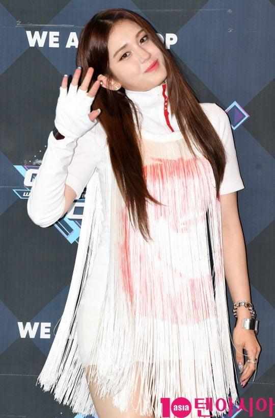가수 전소미가 20일 오후 서울 마포구 상암동 CJ ENM 센터에서 열린 Mnet '엠카운트다운' 리허설 전 포토타임에 참석하고 있다.