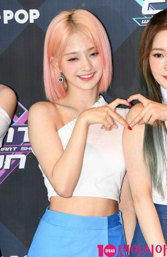 프로미스나인 이나경이 20일 오후 서울 마포구 상암동 CJ ENM 센터에서 열린 Mnet '엠카운트다운' 리허설 전 포토타임에 참석하고 있다.