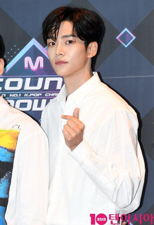 SF9 로운이 20일 오후 서울 마포구 상암동 CJ ENM 센터에서 열린 Mnet '엠카운트다운' 리허설 전 포토타임에 참석하고 있다.