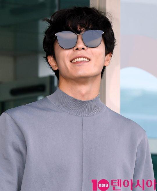 배우 김재욱이 21일 오전 패션위크 참석 차 인천국제공항을 통해 프랑스로 출국하고 있다.