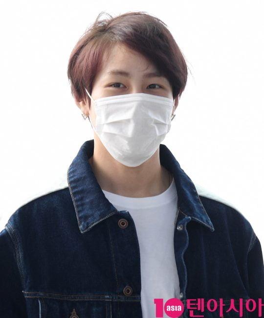 워너원 출신 하성운이 21일 오후 해외일정 참석 차 인천국제공항을 통해 출국하고 있다.